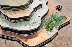 """Otobong Nkangas Installation """"Solid Maneuvers"""", die aus mehreren sich überlagernden Schichten besteht"""